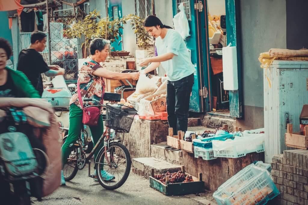vrouw haalt eten in china